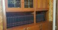 Bokhylla med vitrin i tre delar