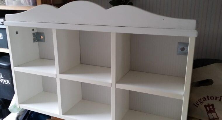 Vit bokhylla och en vägghylla för barn från Ikea