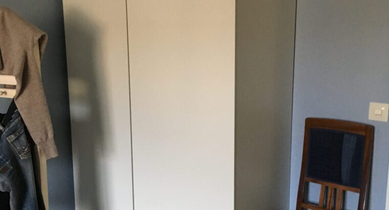 Garderob och enklare hylla
